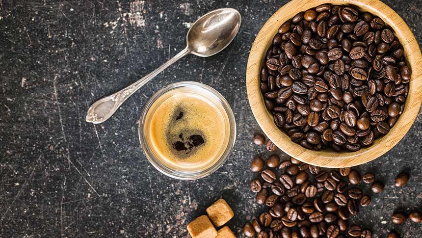¿Cómo moler los granos de café sin un molinillo?