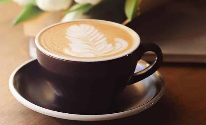 cuanta cafeina tiene una taza de cafe