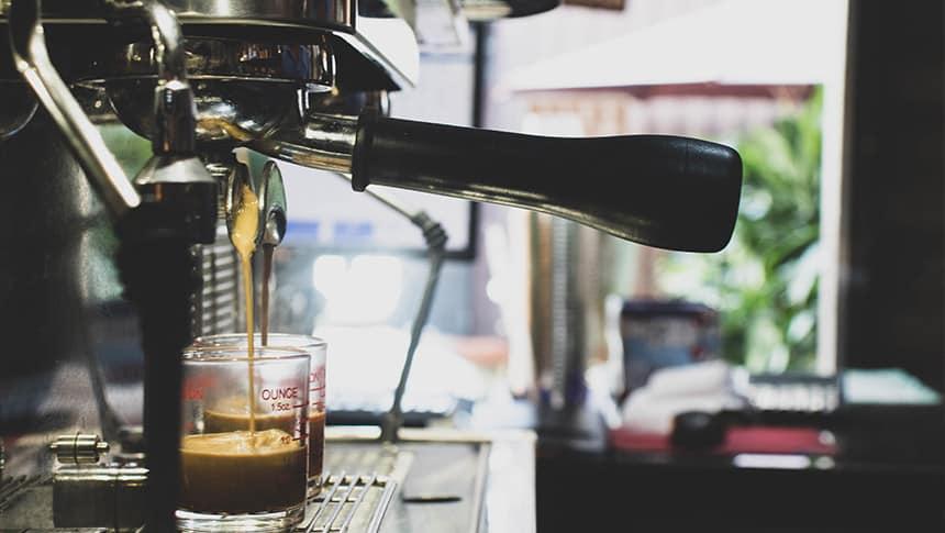 ¿Quién debería tomar café y por qué?
